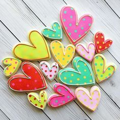 Make this Valentine's Day special with the cutest desserts and sugar cookies. Get the best Valentines day sugar cookies decoration with royal icing ideas. Valentine's Day Sugar Cookies, Fancy Cookies, Iced Cookies, Cute Cookies, Royal Icing Cookies, Cookies Et Biscuits, Cupcake Cookies, Cupcakes, Flower Cookies