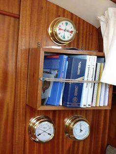 Bøger er altid dejlige - også ombord på båden. Her i lille reol på mellemskot og med lidt tovværk til at holde dem på plads i søgang.