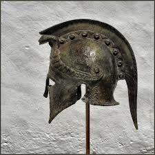 casco tipo corintio ornamentado frontal serpiente, posiblemente troyano