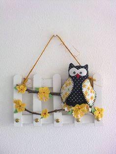 Porta chaves - cerca em MDF na cor branca decorada com coruja confeccionada em feltro/tecido estampado, flores em feltro e contas, sisal.
