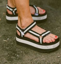 System sneakers are trainers, shoes, or sandals having obvious massive main. Simple Sandals, Cute Sandals, Cute Shoes, Shoes Sandals, Sandalias Teva, Sandals Outfit Summer, Balenciaga Shoes, Shoes Women, Women Sandals