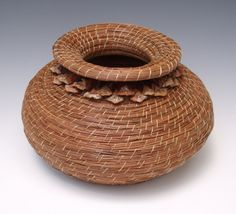 Scarf It Up!: Pine Needle Baskets and More. By Melanie Walter Beautiful fine art baskets. Swedish Weaving Patterns, Basket Weaving Patterns, Large Woven Basket, Pine Needle Crafts, Contemporary Baskets, Rainy Day Crafts, Pine Needle Baskets, Bubble Art, Pine Needles