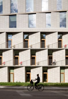 Angled stone surfaces create zigzags across the facade of this hospital building in Copenhagen »