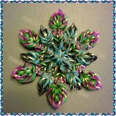 Rainbow loom Christmas ornament snowflake charm hook only. The last one I'll make for this season I think. I used Persian spice mix. The colours look so much better in person. My favorite one. Rainbow Loom Bands, Rainbow Loom Charms, Rainbow Loom Bracelets, Rainbow Loom Tutorials, Rainbow Loom Patterns, Rubber Band Crafts, Rubber Bands, Loombands Tutorial, Rainbow Loom Christmas