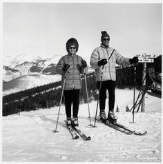 Winterszene aus Vail in den Rocky Mountains, USA ----  #1960s ---- A look at what you would have worn and used on the slopes of #Vail in it's opening season. By #Melanie_Wong. It was December #1962 – winter in the #Rockies