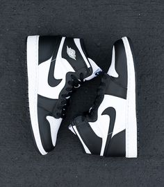 Are you happy to see OG colorways of the Air Jordan 1 coming back? Next Saturday, on November Jordan Brand will release the Air Jordan 1 Retro High OG in the original Black/White colorway, a shoe … Continue reading → Sneakers Mode, Sneakers Fashion, Shoes Sneakers, Men's Shoes, High Shoes, Adidas Fashion, Top Shoes, Jordan 1 Black, Jordan 1 Retro High