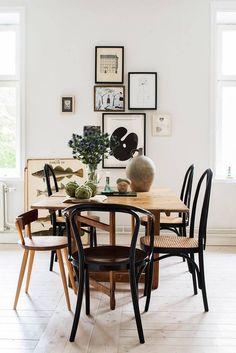 WHITE OAK TABLE BLACK CHAIRS BLACK/WHITE ART WALL