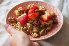 Zoete roereieren met banaan, aardbeien en pecannoten