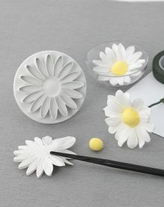 How to make a natural looking fondant daisy. - - How to make a natural looking fondant daisy. How to make a natural looking fondant daisy. Sugar Paste Flowers, Icing Flowers, Fondant Flowers, Clay Flowers, Fondant Icing, Fondant Toppers, Fondant Cakes, Cupcake Cakes, Car Cakes
