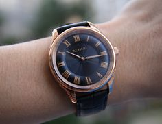 Alvieri Firenze is an elegant watch that displays a lively and three dimensional look on the dial. The watch has a convex hour track on the dial.