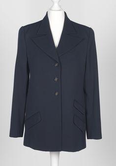 Chanel Auktion Lot 124: Chanel Blazer, dunkelblauer Wollstoff, Größe ca. 36, Länge 68 cm, Ärmellänge außen 60 cm. Mehr Information auf der Website.