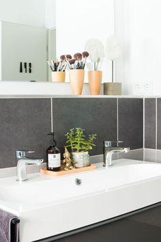 Badezimmer umgestalten für unter 700 € und eine Upcycling Idee eines   Küchenschranks. Raumkrönung - Interiorblog, Wohnberatung &   Einrichtungstipps #upcycling #badezimmer #umgestalten Home Staging, Bath Caddy, Hygge, Bathroom, Interior, Furniture, Decorating Ideas, Home Decor, Blog