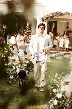 Seu amigo fiel pode te levar ao altar! Casamento no campo de Renata Paraíso e Diego. A coleira de flores no cachorro entra no clima da festa e dá ar romântico.