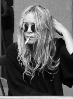 Mary Kate sure can pull off the hippie chic look, love love LOVE her sunglasses and messy hair.