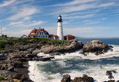 Farol principal de Portland, o primeiro a ser construído no estado do Maine, USA. Este é um histórico farol no Cabo Elizabeth, na entrada do canal de navegação principal no Porto Portland, que está dentro da Baía do Casco no Golfo do Maine.  Fotografia: Rapidfire.