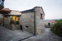 """Casa em Soajo, Portugal. A Casa de Ribô possui 2 camas de casal podendo acomodar até um máximo de 4 pessoas. Sendo um """"Open Space"""" a sua decoração foi estrategicamente estudada para melhor usufruir da sua beleza. A parede da Kitchenet é em pedra descoberta continuando par..."""