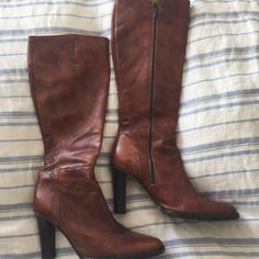 """JCrew Boots Knee Height Brown Tall  Leather Sz 8 Hello gorgeous boots! To just below the knee. Made in Italy. Beautiful stitching detail. Worn very few times, excellent tread on bottom for no slipping. Heel is about 3/3.5"""". Zip all the way up the side. J. Crew Shoes Heeled Boots"""