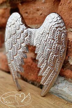 Krásná netradiční Andělská křídla, jež jsou určena k zavěšení - ze zadní strany jsou úchyty k zavěšení. Celé křídla jsou jednolitý odlitek hliníku - křídla jsou masivní a velmi velmi těžká a objemná.  Samotnou mne jejich váha zarazila. Krásná dekorace a neobvyklý dárek.  Barva křídel je Stříbrná - Stříbrná měsíční barva je symbolem meditace, intuice, rozvíjení jasnozření, cítění a slyšení.   Velikost 15x19cm