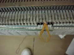 Knitting in a contrast bobble on the knitting machine
