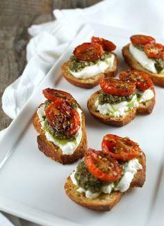 Tostas de crema de queso, pesto y tomates secos