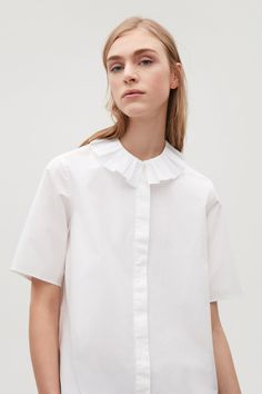 8 Cool New Takes On The Classic White Shirt – Shirt Types Fashion Line, White Fashion, Fashion Details, Fashion Models, Fashion Design, 1950s Fashion, Classic White Shirt, Pleated Shirt, Bodycon Dress With Sleeves