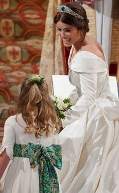 WINDSOR, ENGLAND - OCTOBER Princess Eugenie of York passes her bouquet to bridesmaid Savannah Phillips during her wedding to Jack Brooksbank at St. George's Chapel on October 2018 in Windsor, England. (Photo by - WPA Pool/Getty Images) Princesa Beatrice, Princesa Eugenie, Princesa Charlotte, Princesa Diana, Royal Wedding Gowns, Royal Weddings, Wedding Dresses, Princess Eugenie Jack Brooksbank, Prince And Princess