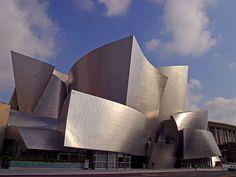 Casa de Concertos Walt Disney, em Los Angeles, Califórnia, USA.                  Casa de Concertos Walt Disney, em Los Angeles, Califórnia, USA. Arquiteto: Frank Owen Gehry.  Fotografia: Joe Sullivan PDPhoto.  – Wikipédia, a enciclopédia livre.