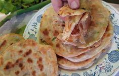 Levné, rychlé a chutné chlebové placky s jarní cibulkou bez kynutí   NejRecept.cz Tacos, Mexican, Ethnic Recipes, Basket, Mexicans