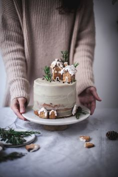 Christmas cake with chocolate and white sweet potato frosting December Workshop – salvia + limone - Christmas Desserts Christmas Cake Designs, Christmas Cake Decorations, Holiday Cakes, Holiday Baking, Christmas Desserts, Christmas Treats, Christmas Baking, Christmas Cookies, Food Cakes