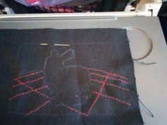 Ensin kirjoin taustalla olevan koordinaatiston kirkkaanpunaisella langalla (kirjominen onnistuu muuten myös lentokoneessa!)