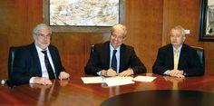 El delegado del Estado en el Consorci de la Zona Franca de Barcelona, Jordi Cornet, y el decano del Cuerpo Consular (CC) acreditado en Barcelona, Daniele Perico, firmaron el acuerdo acompañados por el secretario general del CC, Josep Maria Calmet.