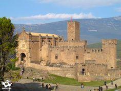 El castillo de Javier está situado en una loma de la localidad de Javier, dominando un impresionante valle y casi en la muga con Aragón