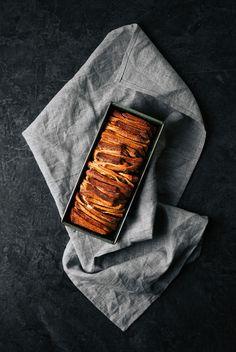 """Hallo ihr Lieben! Nachdem der Half-Baked Brownie Cakevon letzter Woche so gut bei euch ankam, gibt es heute nochmalein Rezept zum """"in die Röhre schieben"""". Nun, da es schon länger nichts mehr mit Hefe gab – weder auf dem Blog, noch inselbstgebackener Form bei uns daheim – und sich meine Schwester dieses leckereKokos-Zimt-Zupfbrotaus meiner Rezepte-Sammlung...Read More »"""