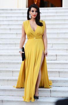 Kim Kardashian in elegant yellow dress. Kim K Style, My Style, Kim Kardashian, Photo Glamour, Dark Autumn, Yellow Dress, Yellow Maxi, Bright Dress, Bright Yellow
