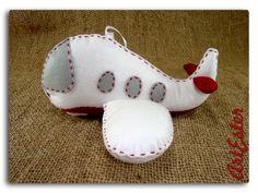 Mini almofada avião porta alianças com iniciais. Confeccionada em feltro. Fibra siliconada. Personalizada. Obs.: Não acompanha alianças. R$24,50