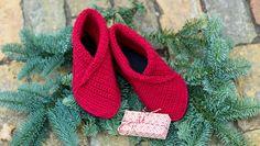 Virka inneskor gratis beskrivning Crochet Slippers, Knit Crochet, Sock Monkey Pattern, Knitting Patterns, Crochet Patterns, Textiles, Wrist Warmers, Crochet Clothes, Mittens