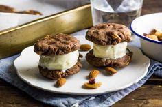 Recept voor iJssandwich voor 4 personen. Met suiker, boter, bakpapier, chocolade , notenmix, ei, bloem, cacaopoeder, bakpoeder en slagroomijs