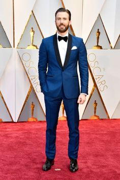 Chris Evans & Jeremy Renner Look Dapper For Oscars Photo Chris Evans opted for a sharp blue tux at the 2017 Academy Awards. The actor hit the red carpet looking super handsome at the Dolby Theatre on Sunday… Oscar 2017, Salvatore Ferragamo, Smoking, Moda Formal, Wedding Tux, Blue Tuxedos, Blue Suits, Oscar Fashion, Groom Tuxedo