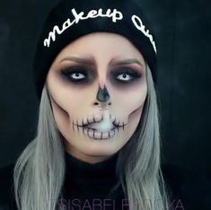 Are you looking for inspiration for your Halloween make-up? Browse around this website for cool Halloween makeup looks. Maquillage Halloween Zombie, Halloween Makeup Clown, Halloween Looks, Quick Easy Halloween Costumes, Easy Clown Makeup, Halloween Contacts, Halloween Photos, Scary Halloween, Vintage Halloween