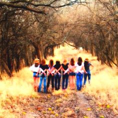 this would be a cute idea to do with best friends/or bridesmaids for a wedding. :Country Girl Photoshoot. Photo credit to Lindsay VanLerberg.(;