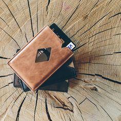 CITY este noul portofel superslim din piele, de la Exentri. Portofelul dispune de 3 buzunare în care puteţi introduce carduri, bancnote sau chitanţe si este dotat cu un sistem de acces rapid, care vă permite să aveţi întotdeauna la îndemână cardul cel mai des folosit.  Exentri este o companie norvegiană, cu o tradiţie de peste 20 de ani in domeniul accesoriilor fashion.  Toate portofelele Exentri vin ambalate în cutii elegante şi sunt ideale pentru a fi oferite cadou. Card Case, Slim, Wallet, Purses, Diy Wallet, Purse