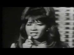 ▶ I Saw Mommy Kissing Santa Claus - The Ronettes - YouTube