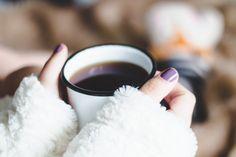 Playlist com músicas para se inspirar em um dia chuvoso e frio. Sentada na cama, trabalhando de pijama com meia listrada de raposa, caneca zezé branca com chá e mantinhas quentinhas.