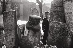 A boy peaks from behind a tombstone in Istanbul's Vefa neighbourhood. 1962 (Photo courtesy of Ara Guler) Old Pictures, Old Photos, Artistic Photography, Art Photography, Istanbul, Fotojournalismus, Baobab Tree, Magnum Photos, Historical Pictures