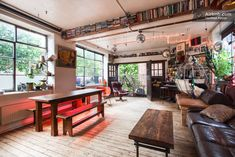 Appartement à Londres, Royaume-Uni. Please also check out my other listing at :  https://www.airbnb.co.uk/rooms/737002  Very cool, eclectic and personal, lateral loft space taking up the first floor of an industrial turn of the 20th century workshop in Shoreditch / Hoxton, three min...