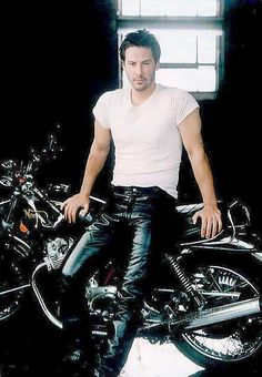 Keanu Reeves(John),he should definitely wear leather pants more.I mean if he wants to that is' okay,I'll just spit it out.he looks hot in this picture. - The wolf that kills Keanu Reeves John Wick, Keanu Charles Reeves, Keanu Reeves Motorcycle, Motard Sexy, Keanu Reeves Quotes, Keanu Reaves, Gorgeous Men, Bad Boys, Movie Stars