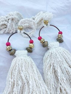 BORLAS Más - cute idea for door knob hanger Diy Tassel, Tassel Jewelry, Textile Jewelry, Tassels, Tassel Earrings, Diy Pompon, Diy And Crafts, Arts And Crafts, Crochet