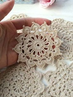Flor croche motivo clean Flower crochet motif clean for you to share with friends who like to be inspired. Crochet Motif Patterns, Crochet Mandala, Crochet Squares, Crochet Designs, Crochet Doilies, Easy Crochet, Crochet Flowers, Crochet Stitches, Tutorial Crochet