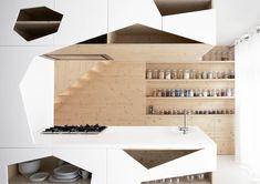 Marcada por recortes, a marcenaria branca quebrou com o protagonismo da madeira e trouxe um toque a mais de estilo para a cozinha minimalista! Que tal? O projeto é do i29 architects.