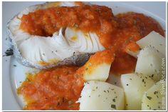 Coloque a pescada previamente descongelada e temperada com sal na Varoma, juntamente com as batatas descascadas e cortadas em pedaços pequenos. Reserve. No